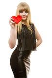 Fille magnifique de femme tenant le symbole rouge d'amour de coeur Images stock