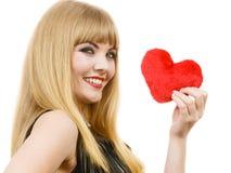 Fille magnifique de femme tenant le symbole rouge d'amour de coeur Photographie stock libre de droits