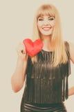Fille magnifique de femme tenant le symbole rouge d'amour de coeur Images libres de droits