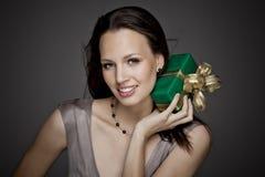 Fille magnifique tenant un cadeau dans des ses mains Photos stock