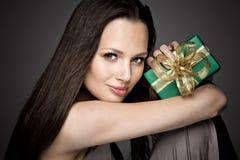 Fille magnifique tenant un cadeau dans des ses mains Photos libres de droits