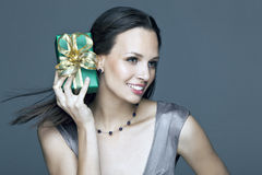 Fille magnifique tenant un cadeau dans des ses mains Photo stock