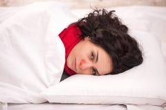 Fille malade frustrante dans le lit photographie stock libre de droits