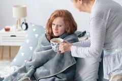 Fille malade se situant dans le lit photos stock
