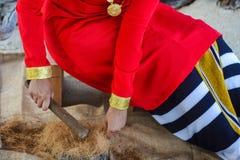 Fille maldivienne employant la brosse pour préparer le brut pour des cordes photos libres de droits