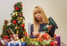 Fille malheureuse au-dessus du cadeau faux de Noël images stock