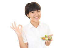 Fille mangeant d'une salade Photo stock