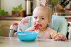 Fille mangeant de la confiture Photo stock