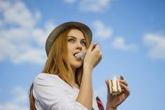 Fille mangeant de la glace Photo libre de droits