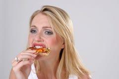 Fille mangeant de la pizza Image libre de droits