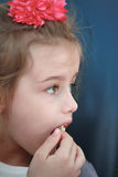 Fille mangeant du maïs de bruit Photographie stock