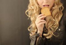 Fille mangeant du pain grillé Photo stock