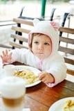 Fille mangeant en café Image stock