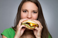 Fille mangeant l'hamburger Images libres de droits