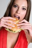 Fille mangeant l'hamburger Photo libre de droits