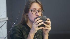 Fille mangeant l'hamburger noir banque de vidéos