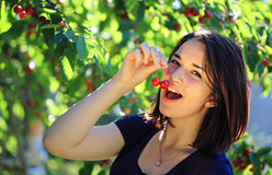 Fille mangeant la cerise Photo libre de droits