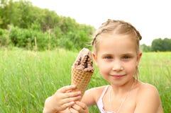 Fille mangeant la crême glacée Images libres de droits