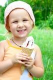 Fille mangeant la crême glacée Image libre de droits