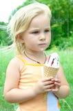 Fille mangeant la crême glacée Photo libre de droits
