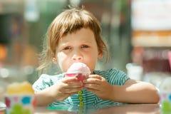 Fille mangeant la crême glacée Photographie stock libre de droits