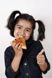 Fille mangeant la part de pizza Images libres de droits