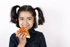 Fille mangeant la part de pizza Photos stock