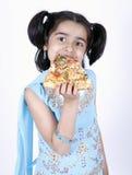 Fille mangeant la part de pizza Photos libres de droits