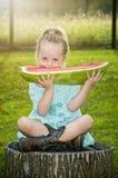 Fille mangeant la pastèque image stock