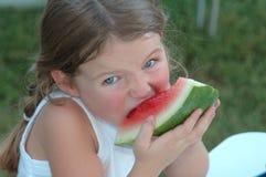 Fille mangeant la pastèque image libre de droits