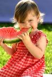 Fille mangeant la pastèque images libres de droits