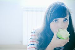 Fille mangeant la pomme Photos stock