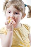 Fille mangeant la pomme Photos stock