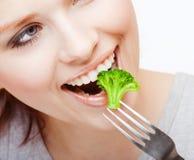 Fille mangeant la pousse de Broussels Images stock