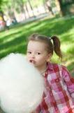 Fille mangeant la sucrerie de coton Photographie stock libre de droits