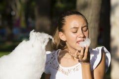 Fille mangeant la sucrerie de coton Photos libres de droits