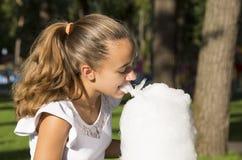 Fille mangeant la sucrerie de coton Photo stock