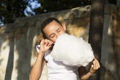 Fille mangeant la sucrerie de coton Images stock