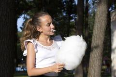 Fille mangeant la sucrerie de coton Image libre de droits