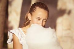 Fille mangeant la sucrerie de coton douce Photos libres de droits