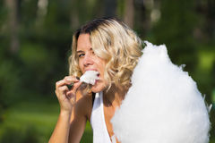 Fille mangeant la sucrerie de coton douce en parc d'été Photos libres de droits