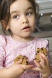 Fille mangeant le biscuit. Image libre de droits