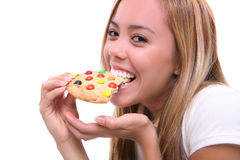 Fille mangeant le biscuit Image stock