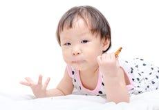 Fille mangeant le biscuit photos libres de droits