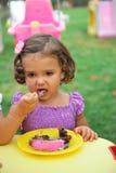 Fille mangeant le gâteau images libres de droits