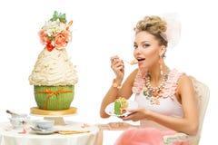 Fille mangeant le gâteau image libre de droits