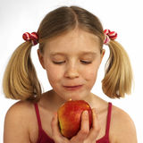 Fille mangeant une pomme Image stock