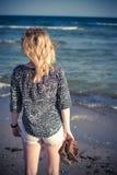 Fille marchant à la plage Images stock