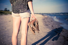 Fille marchant à la plage Image libre de droits