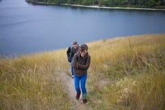 Fille marchant avec un ami en nature Photo libre de droits